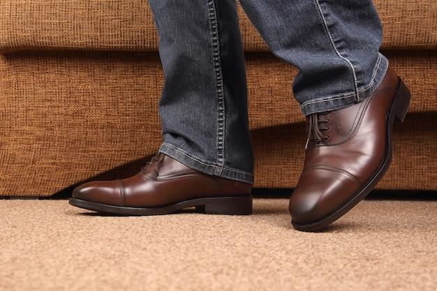 Pernas masculinas em jeans e sapatos clássicos marrons