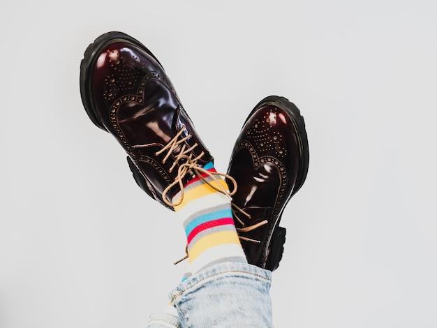 Pernas masculinas em meias brilhantes, listradas e multicoloridas