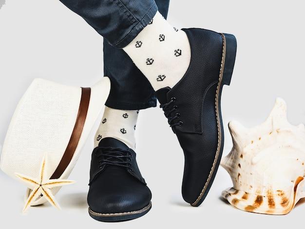 Pernas masculinas, meias brilhantes e sapatos elegantes