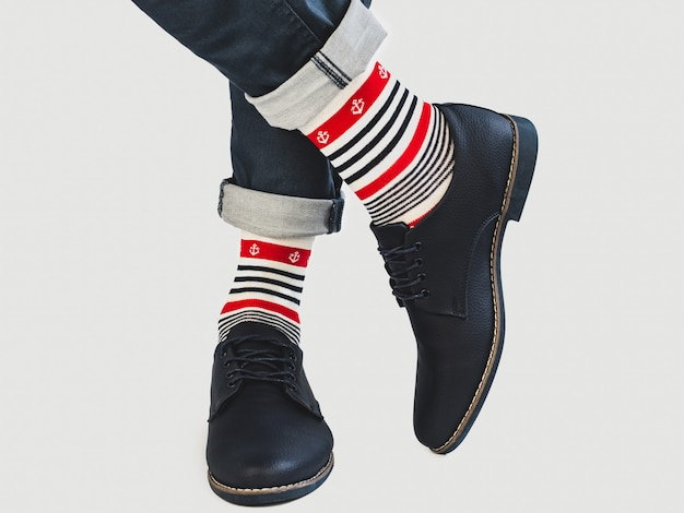 Pernas masculinas, meias brilhantes e sapatos