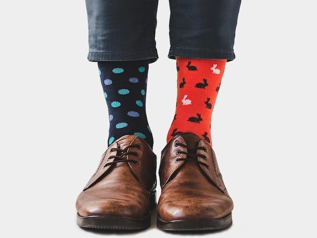 Pernas masculinas, sapatos da moda e meias brilhantes. fechar-se. conceito de estilo, beleza e elegância