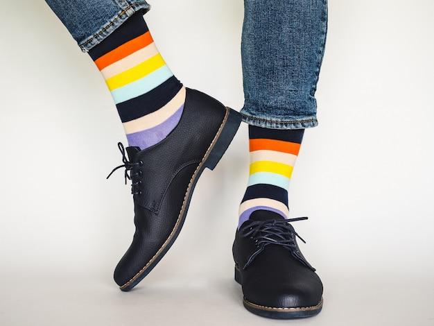 Pernas masculinas, sapatos da moda e meias brilhantes