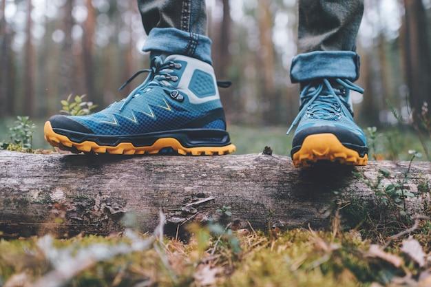 Pernas masculinas usando sapatos de caminhada esportiva.