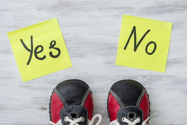 Pernas no tênis fazem uma escolha, sim ou não