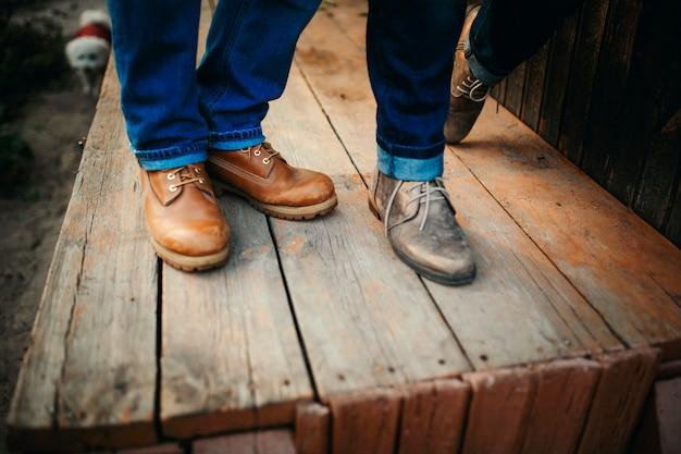 Pernas recortadas em sapatos elegantes