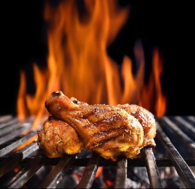 Pernil de frango grelhado na grelha em chamas