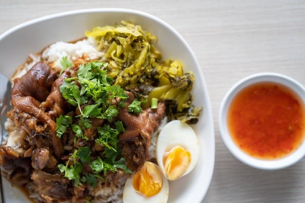 Pernil de porco estufado com arroz cozido no vapor