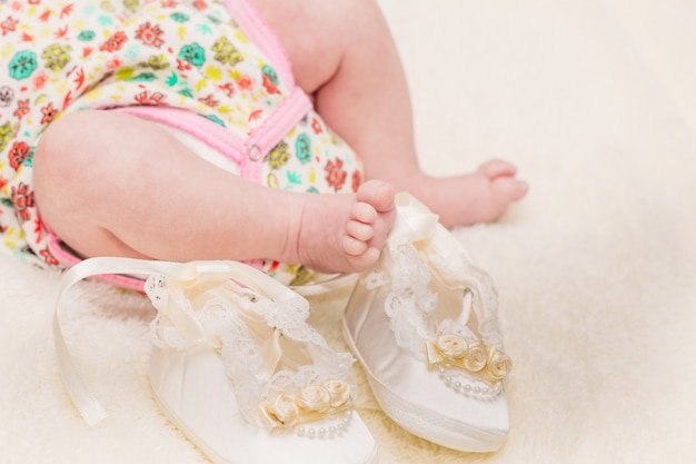 Perninhas do bebê em uma manta leve