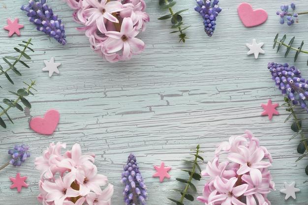 Pérola e flores de uva jacinto e eucalipto na luz texturizada, cópia-espaço