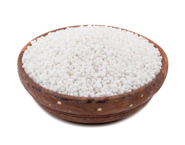 Pérolas de sagu branco sobre fundo branco