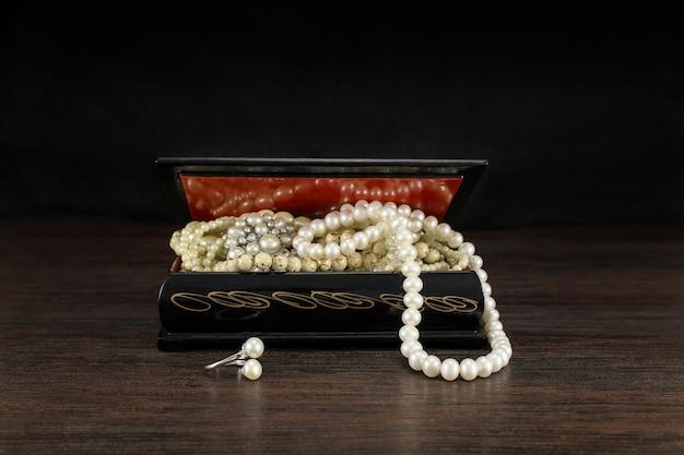 Pérolas no antigo baú aberto de jóias