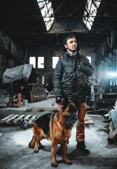 Perseguidor com máscara de gás e cão em zona radioativa