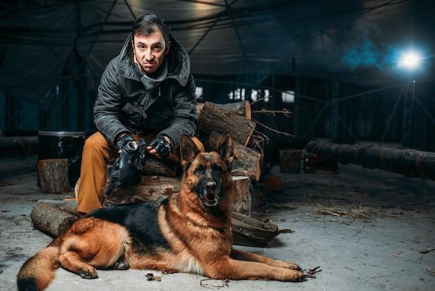 Perseguidor e cachorro, amigos no mundo pós-apocalíptico