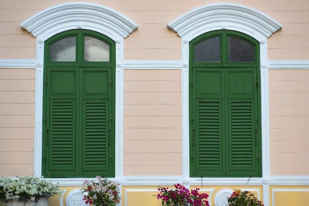 Persianas duplas de madeira decoração exterior em estilo vintage antigo, janelas verdes