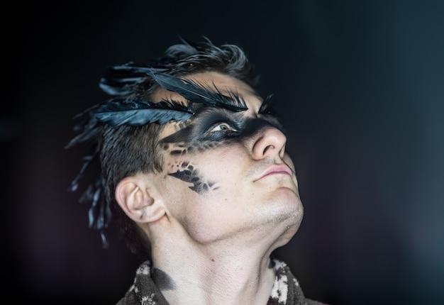 Personag fantástico de maquiagem profissional como um corvo