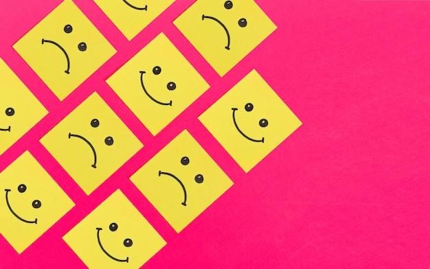 Personagem de arte em papel. nota pegajosa com sorriso, padrão de fundo
