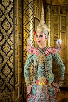 Personagem de pantomima tailandesa no papel de rama em pé na casa de estilo tailandês antigo, beleza dourada