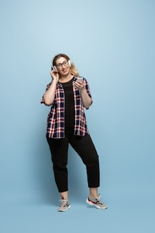 Personagem feminina com corpo positivo. empresária plus size