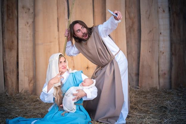 Personagens bíblicos tirando selfie em um presépio
