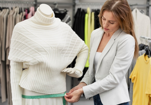 Personal shopper medindo roupas