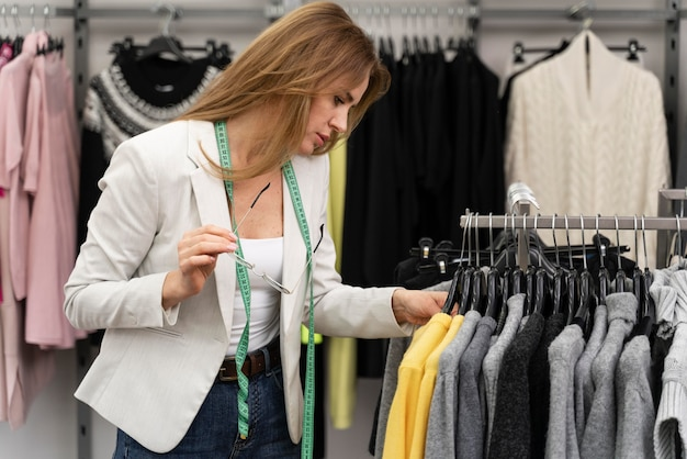 Personal shopper na loja trabalhando