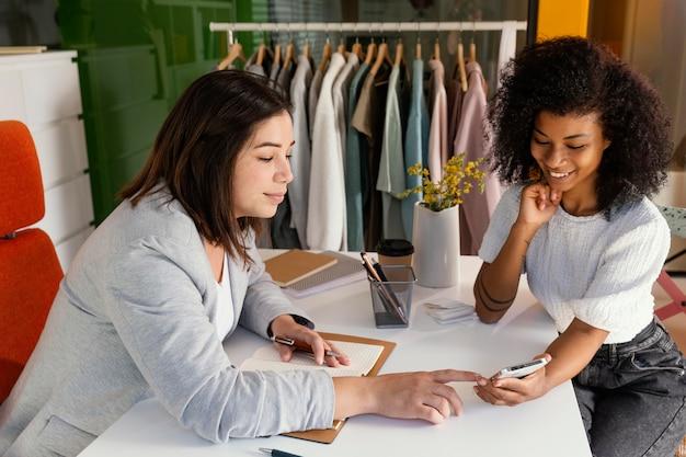 Personal shopper no escritório com o cliente