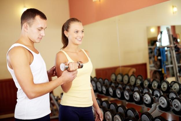 Personal trainer ajudando seu parceiro