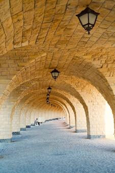 Perspectiva arquitetônica do corredor arqueado