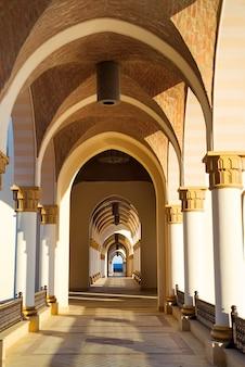 Perspectiva arquitetônica em arco em estilo árabe
