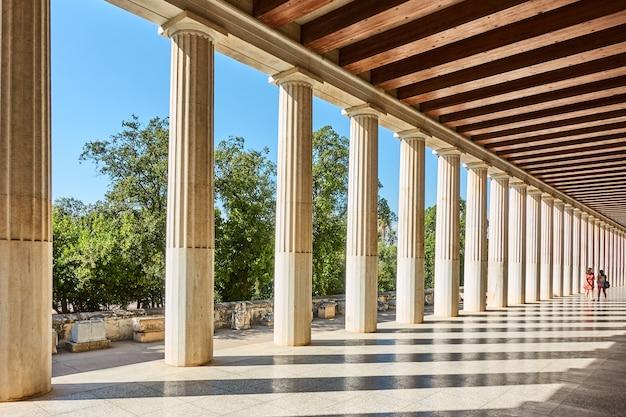 Perspectiva da colunata de colunas clássicas de mármore, atenas, grécia