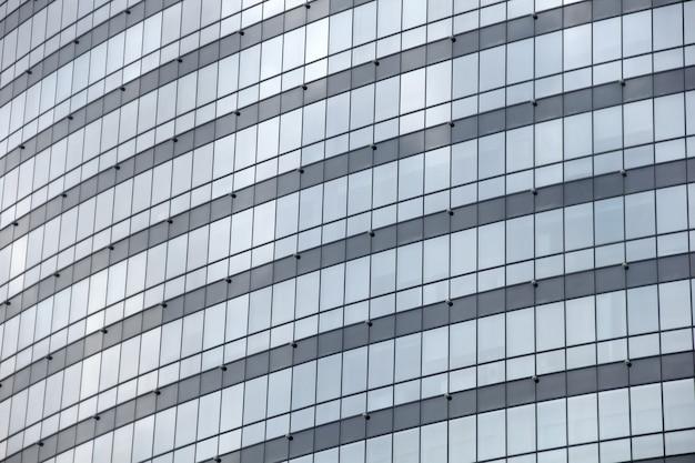 Perspectiva da janela de vidro em um edifício de shopping center.