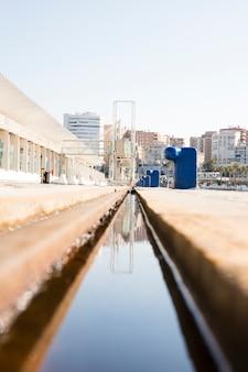 Perspectiva de diminuição do canal de água perto da doca
