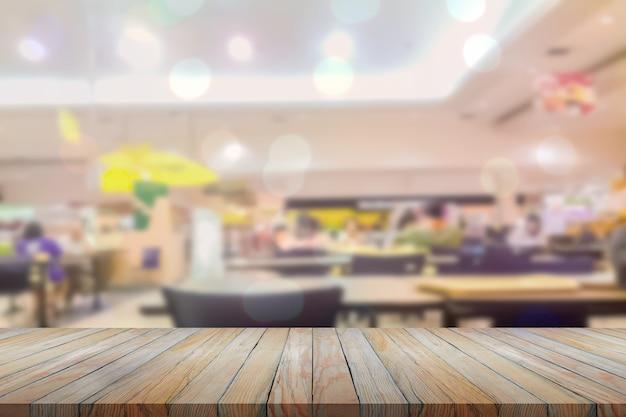 Perspectiva de madeira em restaurante desfocado com fundo bokeh, alimentos e bebidas, montagem de exibição de produtos