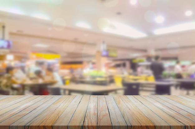 Perspectiva de madeira sobre o restaurante borrado com fundo bokeh, comidas e bebidas