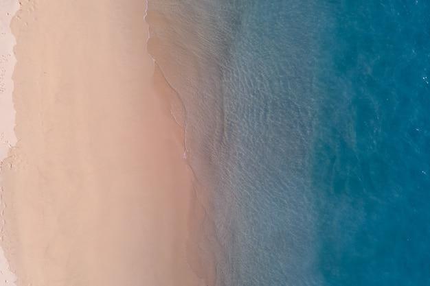 Perspectiva de tiro de drone da costa do mar com a areia