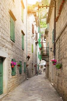Perspectiva de uma rua estreita na cidade velha de kotor, montenegro