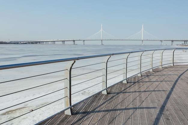 Perspectiva do recinto do cais e vista da bela ponte sobre o golfo da finlândia