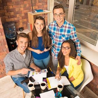 Perspectiva freelancers de sucesso trabalhando com um projeto de negócios