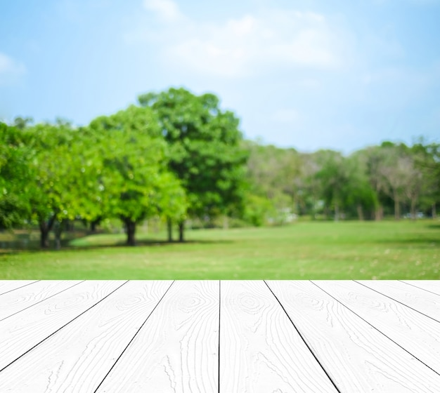 Perspectiva madeira branca mais desfoque árvores com bokeh