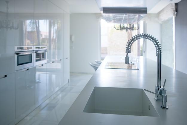 Perspectiva moderna de cozinha branca com bancada integrada