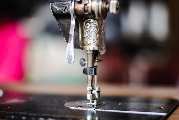 Perto da agulha e detalhes em uma máquina de costura vintage.