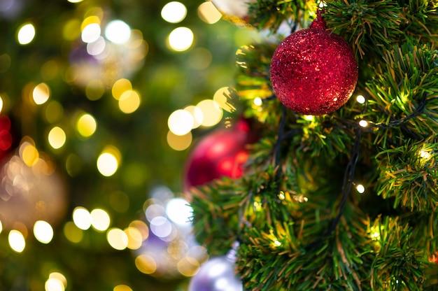 Perto da árvore de natal com bokeh de luz