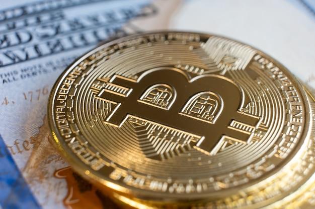 Perto da criptomoeda bitcoin brilhante de metal.