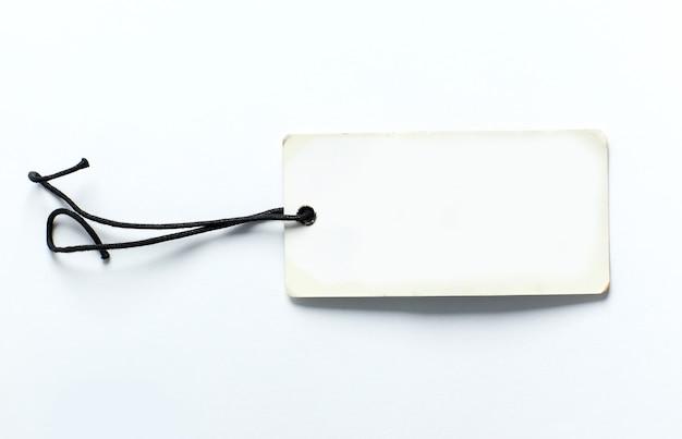 Perto da etiqueta de preço em branco na superfície branca com traçado de recorte
