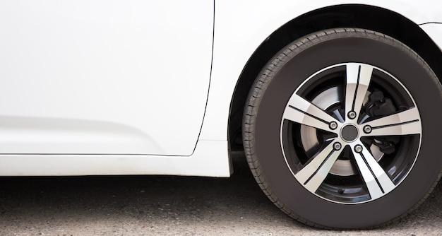 Perto da grande roda do carro com disco de metal