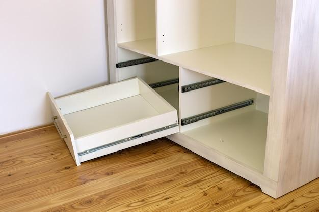Perto da instalação da gaveta de madeira no armário contemporâneo.