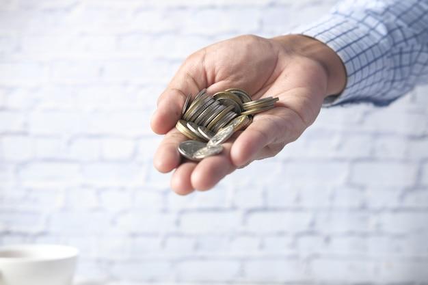 Perto da mão do homem contando moedas