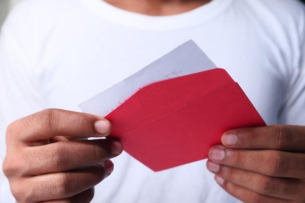 Perto da mão do homem, lendo uma carta de agradecimento.