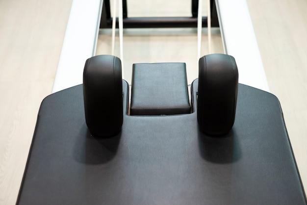 Perto da máquina de treinamento físico de pilates e alongamento de flexibilidade na academia