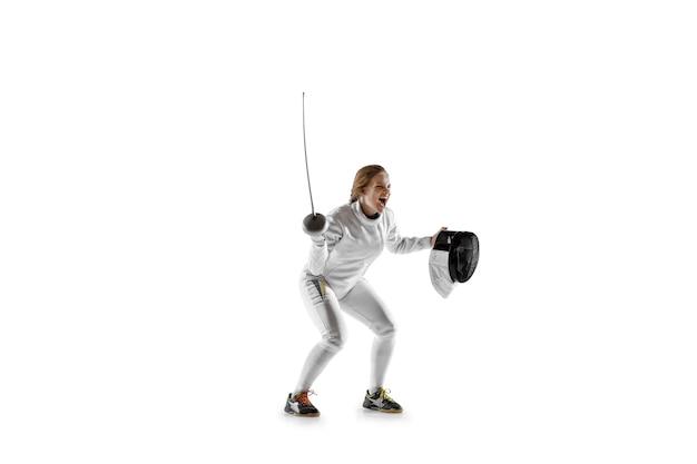 Perto da menina adolescente em traje de esgrima com espada na mão, isolada no fundo branco.